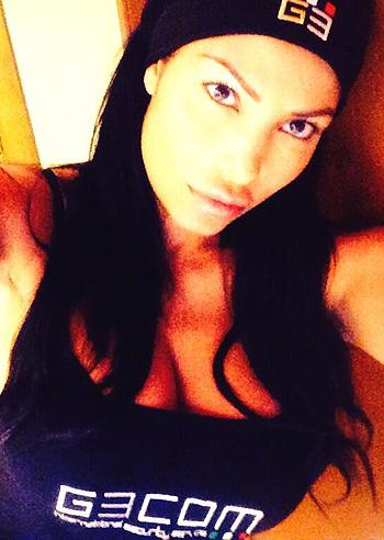Carolina marconi si scatta un selfie esplosivo davanti lo specchio - Lo specchio di selfie ...