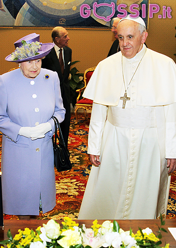 La Regina Elisabetta Whisky E Uova Per Il Papa Gossip It