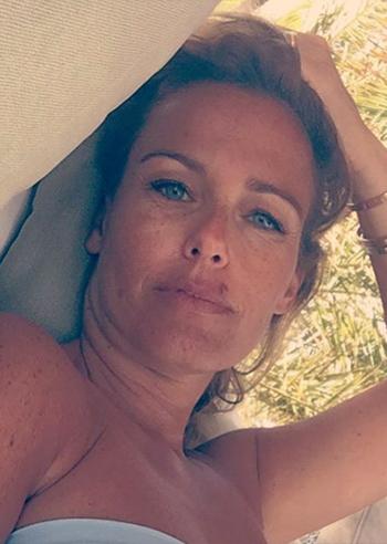 Sonia bruganelli nella bufera per la foto social dell for Cane nella cabina dell aereo