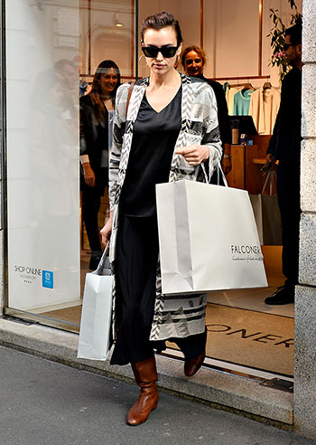 Irina Shayk fa shopping a Milano durante la Settimana della Moda