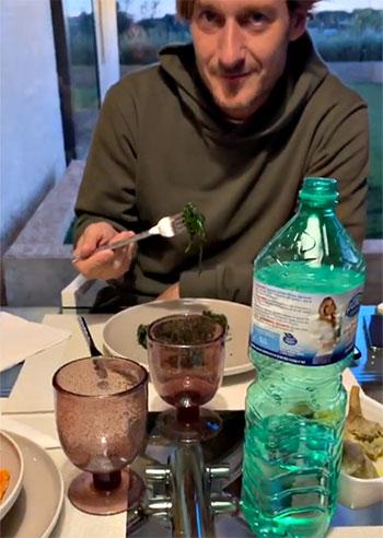 Ilary Blasi, la cena a casa Totti: Francesco e Cristian la bocciano in cucina. Guarda