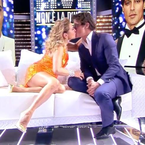 Gabriel Garko a 'Live' senza la fede, poi bacia in bocca Barbara D'Urso
