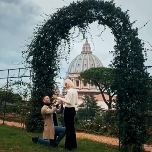 Mattia Briga fa una romanticissima proposta di nozze alla fidanzata Arianna Montefiori: guarda