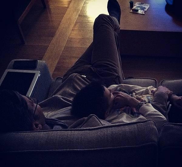 Billy costacurta si rilassa sul divano insieme al figlio achille - Scopare sul divano ...