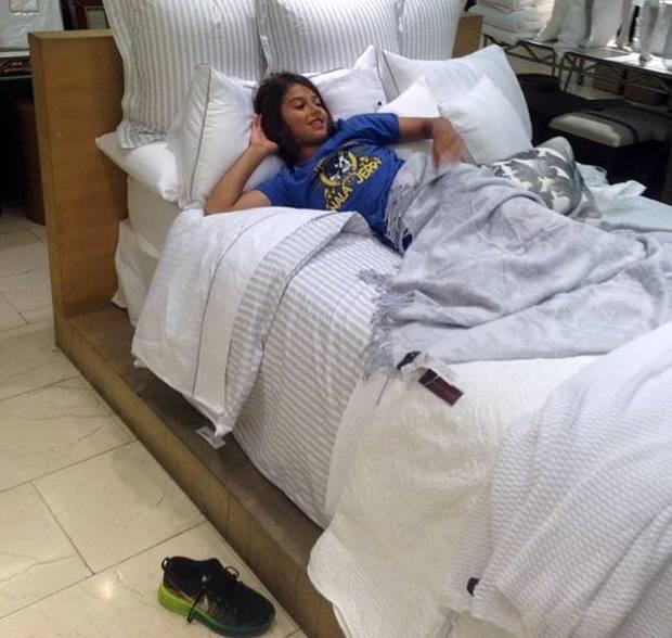 Carlos corona con mamma nina moric da zara home si toglie le scarpe e si infila nel letto - Zara home letto bambino ...
