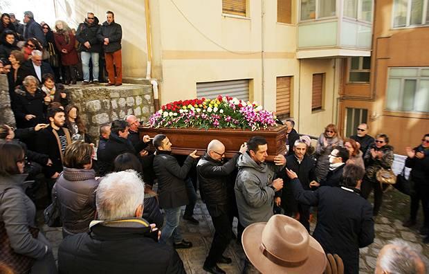 Folla Immensa Ai Funerali Di Mango La Moglie Laura Si Fa Forza Per I Figli Gossip It