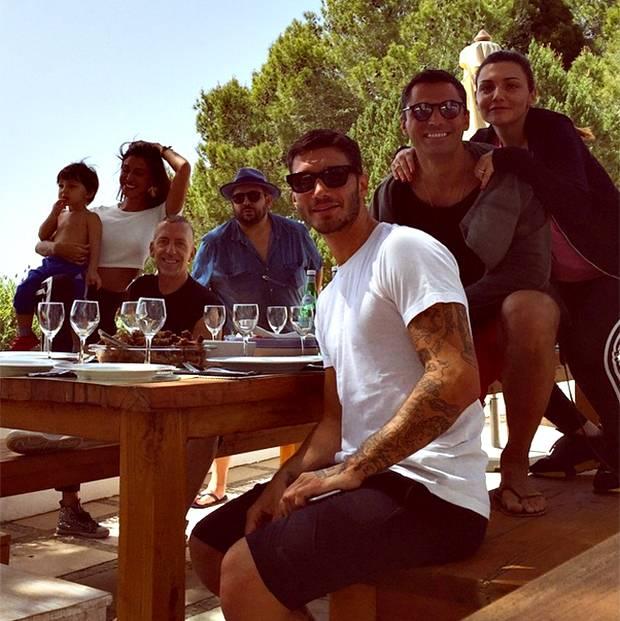 Belen Rodriguez è volata a Ibiza con Stefano De Martino, Santi e la sua 'crew' per lo shooting ...