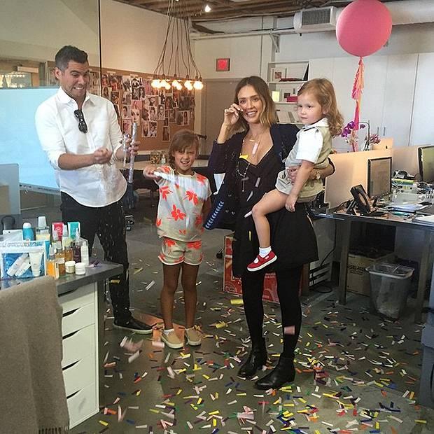 Eccezionale Jessica Alba si commuove per la festa di compleanno a sorpresa AS91