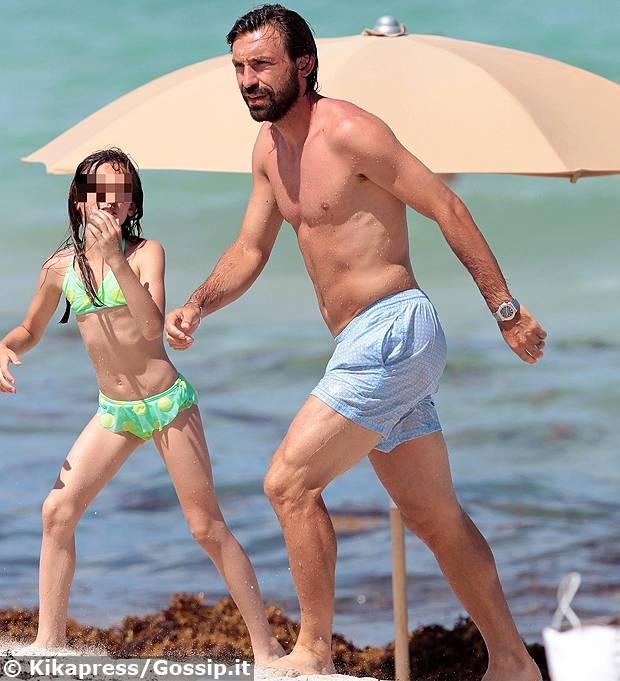 Andrea Pirlo in spiaggia a Miami fa il bagno con la figlia Angela ...