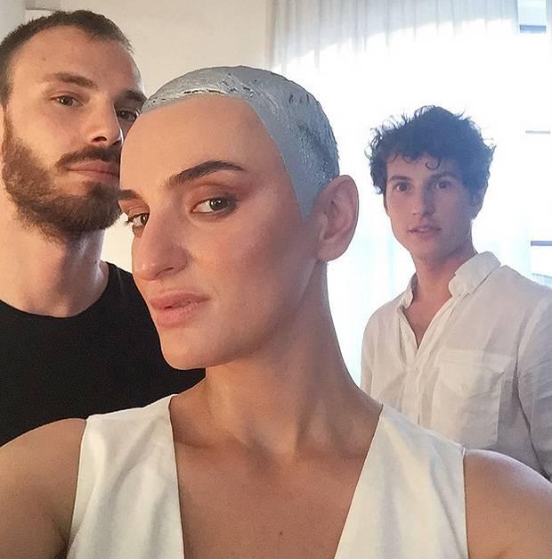 Cambio di look per Arisa che ha rasato i capelli e dal parrucchiere si è  fatta un selfie con la tinta ancora in testa 361f2a75bcef