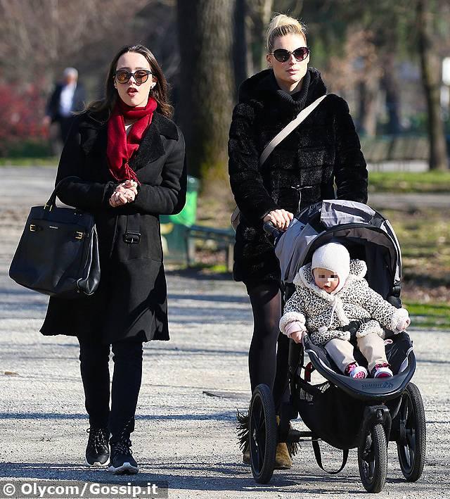 Michelle Hunziker e Aurora: mamma e figlia al parco