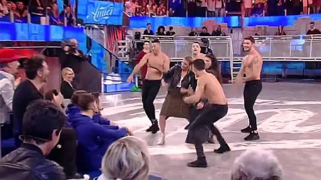 Stasera a Pequeños Gigantes il bacio tra Belen e Stefano De Martino