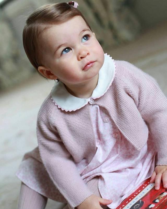 Kate Middleton ha voluto condividere con i sudditi le immagini della principessina realizzate nella residenza di Norfolk