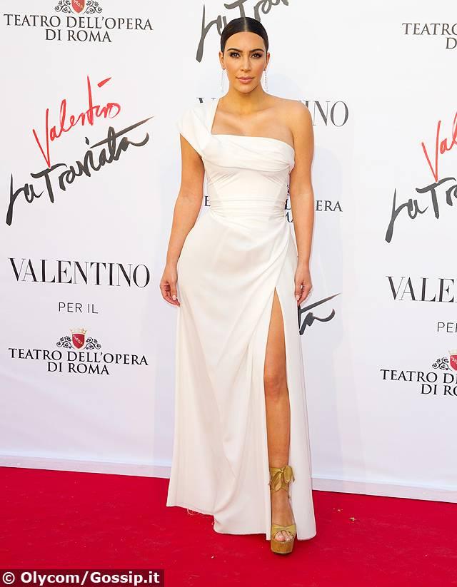Kim Kardashian dà scandalo al party: sotto il vestito di pizzo niente