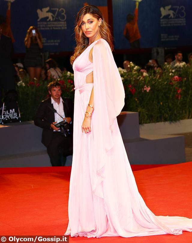 Festival del Cinema Venezia 2016, Belen Rodriguez incanta tutti in abito rosa