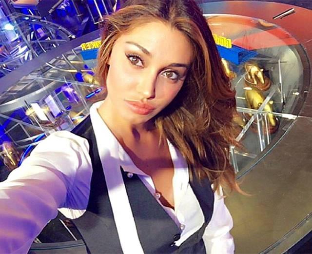 Belen Rodriguez, super selfie nello studio di Striscia la Notizia
