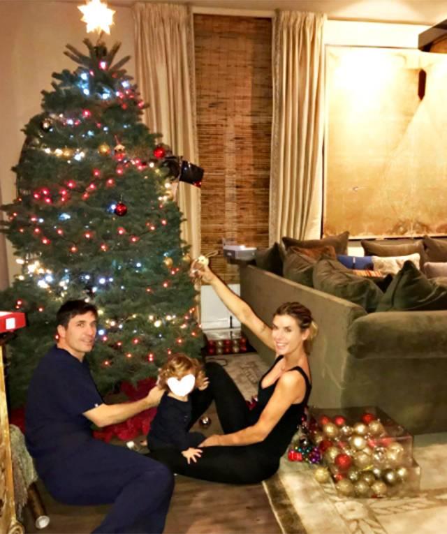 Albero Di Natale 8 Dicembre.Elisabetta Canalis Fa L Albero Di Natale Con Il Marito E La Figlia