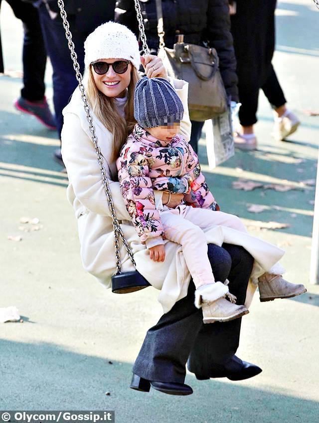 Michelle hunziker si concessa una rilassante passeggiata for Altalena con ponte