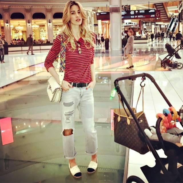 Elena santarelli a dubai con greta tra spiaggia e shopping la bionda e la piccola sono un - Shopping per la casa ...