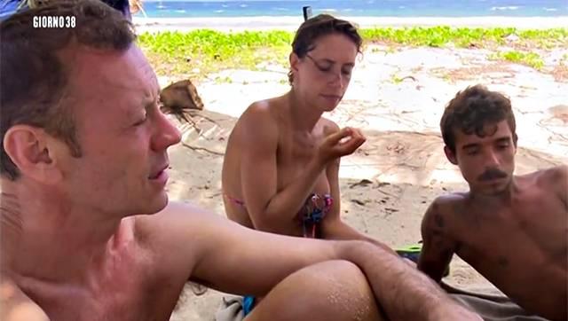 Isola dei Famosi, lacrime e tensione: Rocco contro Samantha De Grenet -Guarda