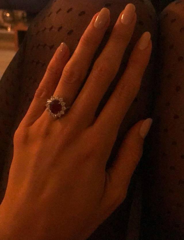 aspetto estetico acquista il più recente vendita usa online Belen Rodriguez, anello nuovo all'anulare. Balla sulle note ...