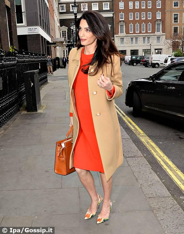 a7114669520d Amal Alamuddin a Londra con il pancione. La signora Clooney ...