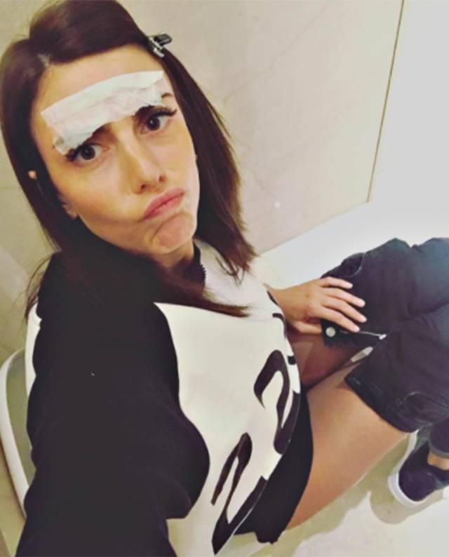 Martina maccari la moglie di leonardo bonucci posta sul social un selfie scattato al bagno e i - Selfie in bagno ...
