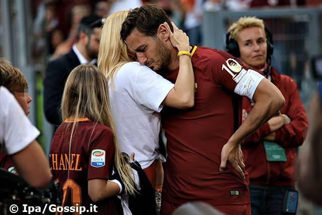 L'addio di Francesco Totti: le lacrime del capitano e di Ilary Blasi