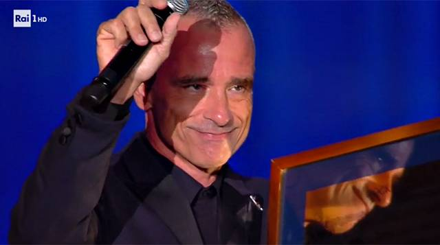 Eros Ramazzotti ai Wind Music Awards 2017: dedica d'amore a Marica Pellegrinelli