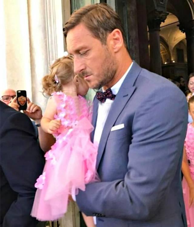 Francesco Totti e Ilary Blasi al matrimonio della cognata: 'Buona vita insieme'