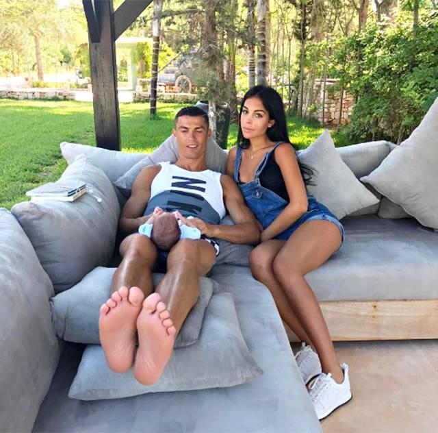 Cristiano Ronaldo si rilassa con uno dei gemellini e la fidanzata Georgina  Rodriguez cca039e0a2