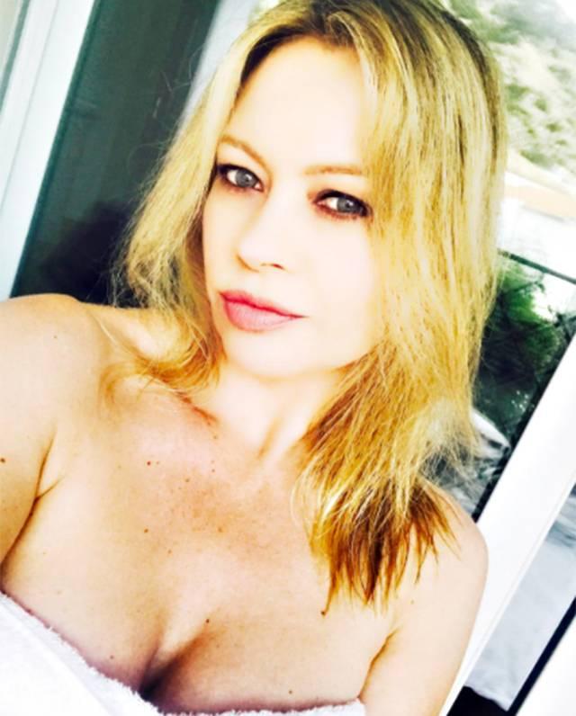 Anna Falchi piange per l'incidente a Max Biaggi