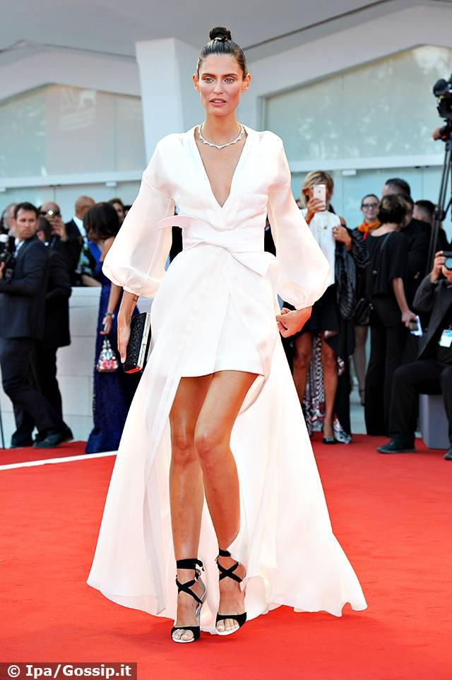 012a6c907ae6 Bianca Balti dopo il rifiuto di Victoria s Secret sorride in white ...