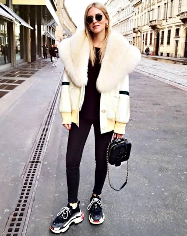 7791ea83e7fd Chiara Ferragni mostra il suo look sul social e scrive di aver rubato le  scarpe a Fedez.