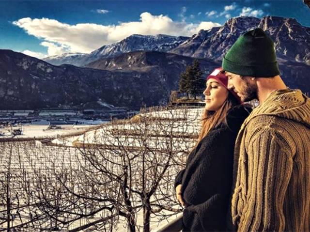 La coppia romantica osserva le vigne che appartengono alla famiglia dello sportivo