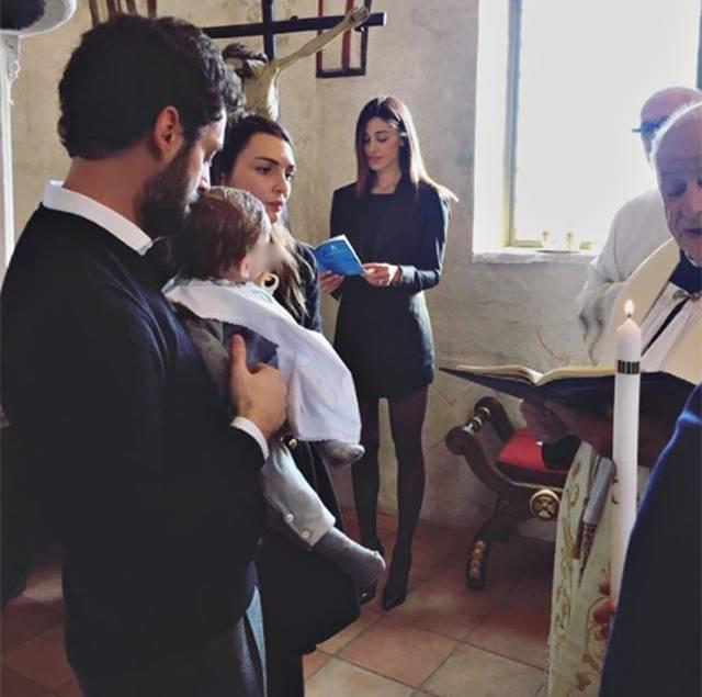 Belen sexy madrina di battesimo, polemica sul look in chiesa