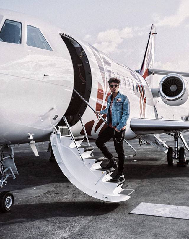 Jet Privato Cade : Tra fiction e jet privato il successo di andrea damante