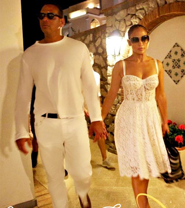 Jennifer Lopez scatenata a Capri: canta e balla sui tavoli