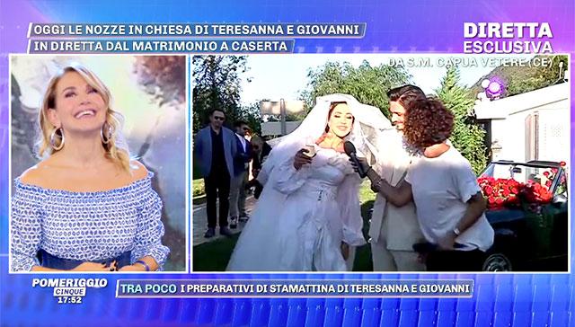 12dc744d7c04 ... Teresanna durante il collegamento con  Pomeriggio 5  dopo le nozze  Barbara D Urso ha mostrato il matrimonio in diretta