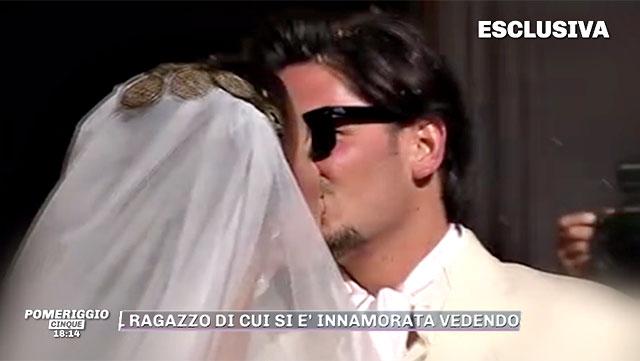 a6a71105cb9c Matteo bacia la sposa dopo il sì Teresanna durante il collegamento con  Pomeriggio  5  ...