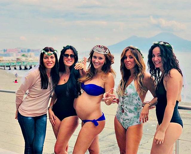 354a8317aed4 Ilenia Lazzarin festeggia il suo addio al nubilato in bikini e con il  pancione scoperto a Napoli con le amiche