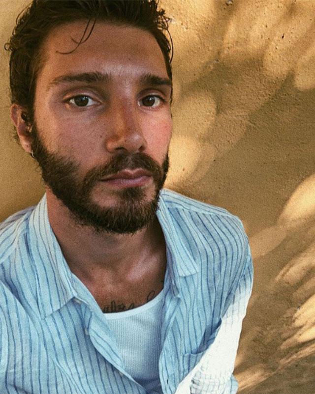 Stefano De Martino derubato del suo smartphone: sul web spuntano foto 'hot'