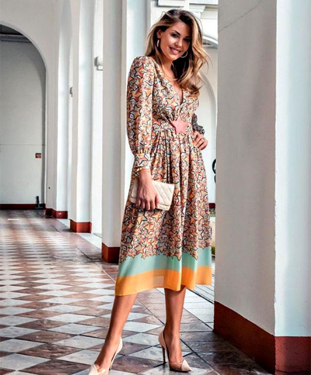 9a05ad8f7511 Costanza Caracciolo con il vestito indossato alla sfilata di Elisabetta  Franchi  un abito tempestato di stelle.