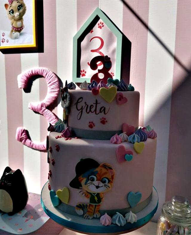 La mega torta a due piani a tema \u002744 Gatti\u0027