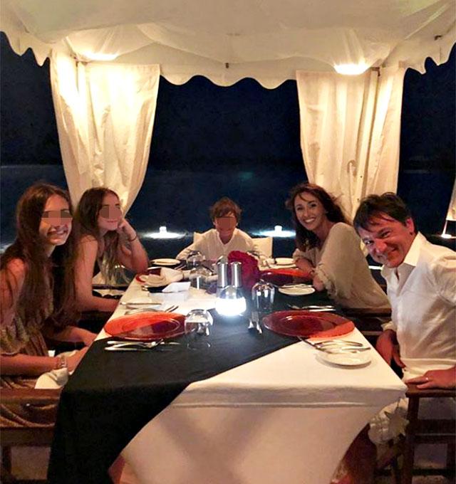 Benedetta Parodi, 46 anni, con il marito Fabio Caressa, 52, e i loro figli Matilde, 16 anni, Eleonora, 14, e Diego, 9