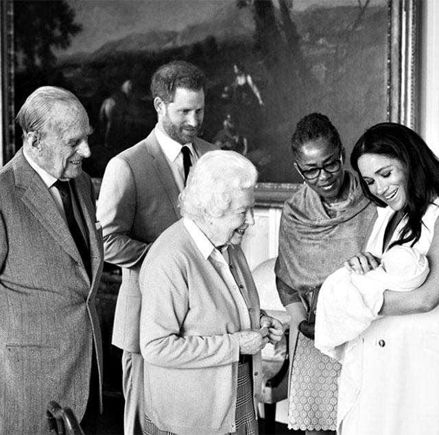 La Regina Elisabetta incontra il piccolo Archie