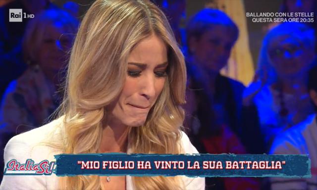 Elena Santarelli si commuove durante l'intervista