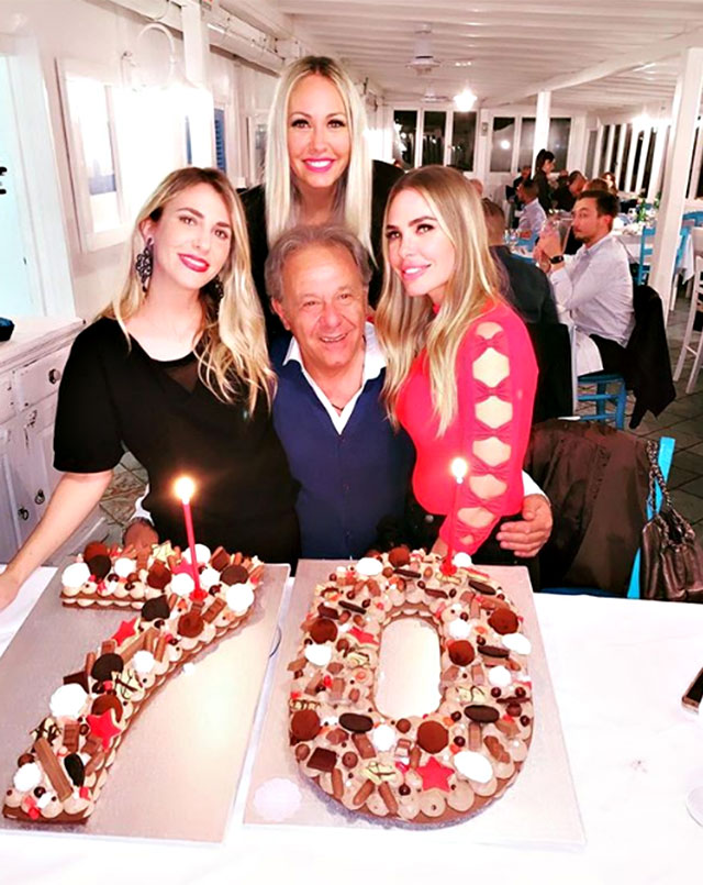 Ilary Blasi, a destra, e le sorelle Melory, a sinistra, e Silvia, al centro, festeggiano il papà Roberto