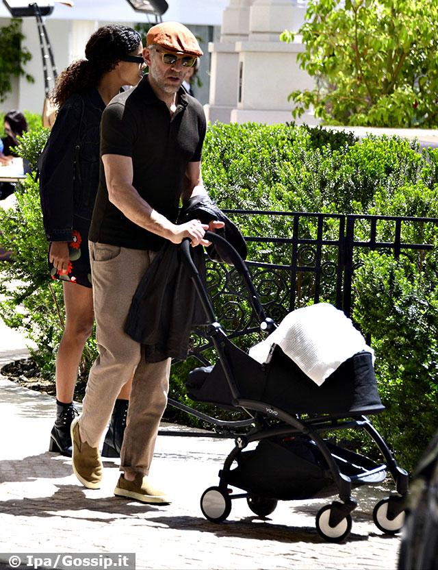 Vincent Cassel e Tina Kunakey con la figlia Amazonie