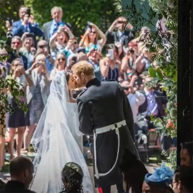 Harry e Meghan si baciano dopo la cerimonia